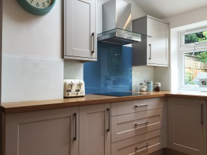 blue and white kitchen splashback